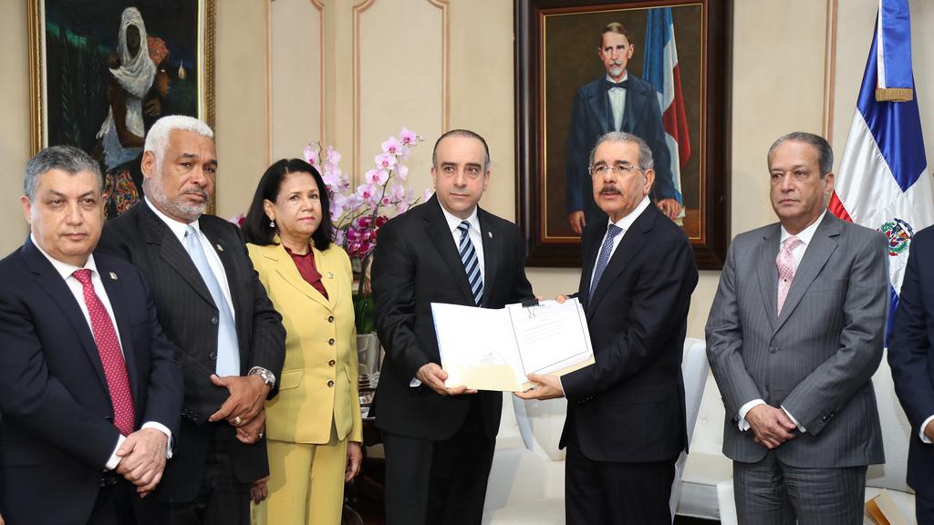 Presidente Danilo Medina se reúne con comisión estudia leyes de Partidos Políticos y Régimen Electoral